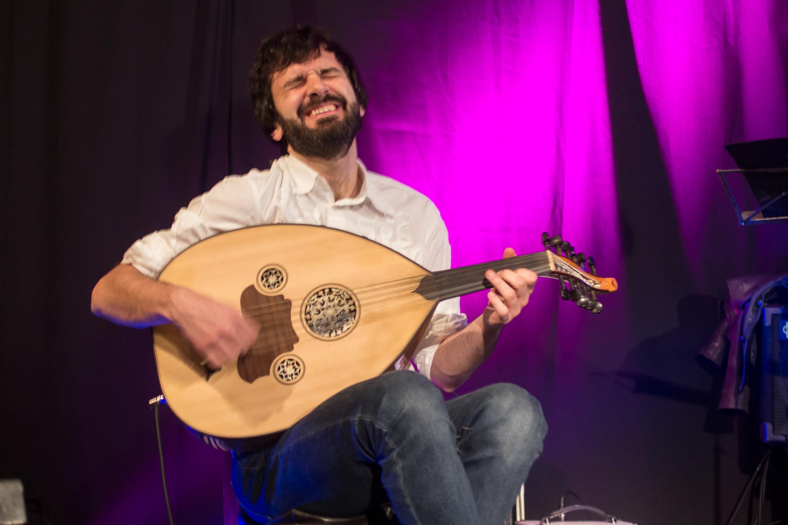Zoran Majstorović svira arapski instrument ud